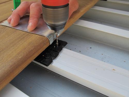 fixation invisible lames de terrasse sur bacs acier tanches. Black Bedroom Furniture Sets. Home Design Ideas