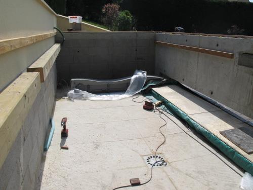 Photo 1  cette structure maçonnée est à larrière de la piscine