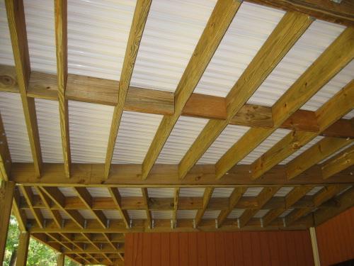 une structure en bois, comme des lames de terrasse en bois ou en